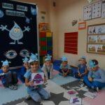 dzieci z czapeczkami