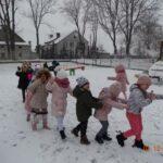 przedszkolaki robią ciuchcie na śniegu