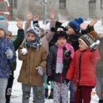 przedszkolaki ze śnieżkami