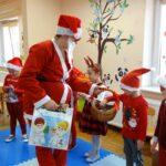 dzieci dostają prezenty od mikołaja