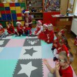 dzieci w świątecznych ubraniach