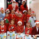 dzieci z mikołajem i prezentami