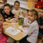 Dzieci kolorują mandale