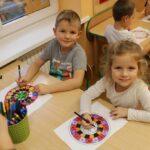Dzieci koloruja mandale