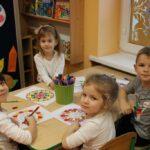 Dzieci kolorują mazakami mandale