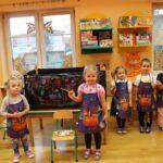 Dzieci malują farbami na czarnej folii
