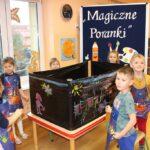 Dzieci malują farbami na folii