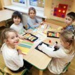Dzieci robią z kolorowych pasków kotki