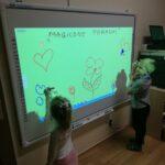 Dzieci rysuja na tablicy interaktywnej