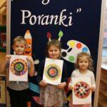 Dzieci z gotowymi mandalami