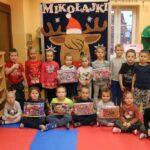 Dzieci z grupy Biedronek z puzzlami
