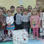 Dzieci z grupy Bratków z prezentem
