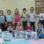 Dzieci z grupy Bratków z puzzlami