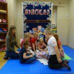 Dzieci z grupy Mrówek rozpakowują prezent