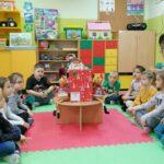 Dzieci z grupy Stokrotek z prezentem od Mikołaja