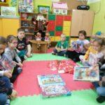 Dzieci z grupy Stokrotek z puzzlami