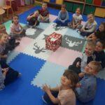 Dzieci z grupy Tulipanków z prezentem