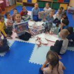 Dzieci z grupy Tulipanków z puzzlami