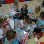 Dzieci z grupy krasnoludków z puzzlami