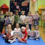 Dzieci z grupy motylków z puzzlami od Mikołaja