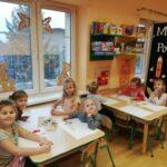 Dziewczynki robią prace plastelami