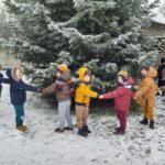 przedszkolaki wokół choinki
