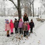 przedszkolaki z nauczycielką na śniegu