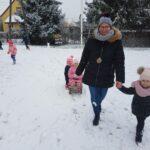 przedszkolaki lepią śnieżki