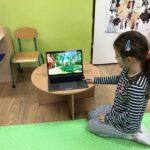 dzieci oglądają na laptopie