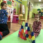 dzieci bawią sie kubkami