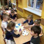 dzieci malują