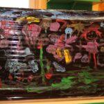 Obrazki dzieci namalowane farbami na folii