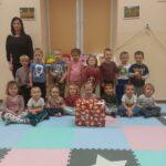 Pani Ewa z dziećmi oraz prezent od Mikołaja