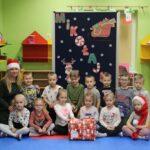 Pani Gosia oraz dzieci z grupy Motylków z prezentem od Mikołaja