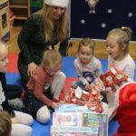 Zaskoczone, szczęśliwe dzieci z otrzymanych prezentów