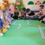 dzieci układają puzzle