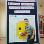 chłopiec przy tablicy