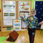 Chłopiec trzyma słoninkę