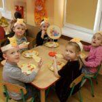 Dzieci podczas degustacji miodku