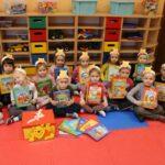 Dzieci trzymające książeczki Kubusia Puchatka