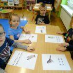 Dzieci układają nazwy ptaków na kartach pracy