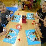 Dzieci wykonują pracę plastyczną- karmnik