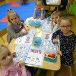 Dzieci wykonuja zadania w kartach pracy
