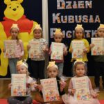 Dzieci z dyplomami za udział w akcji fotograficznej