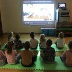 Dzieci z grupy Biedronek oglądają film edukacyjny