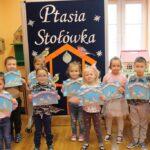Dzieci z grupy Biedronki z praca plastyczą - Ptaki w kramniku