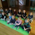 Dzieci z grupy Motylków oglądają film edukacyjny nt. Ptaków zimą