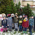 Dzieci z grupy Motylków przed karmnikiem na placu przedszkola