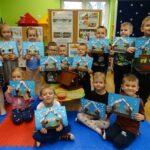 Dzieci z grupy Motylków z pracami plastycznymi nt. ptaki w karmniku