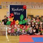 grupa dzieci z prezentami dla dziedkow